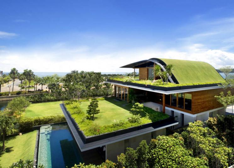 Una mansión verde camuflada entre jardines, estanques y piscinas