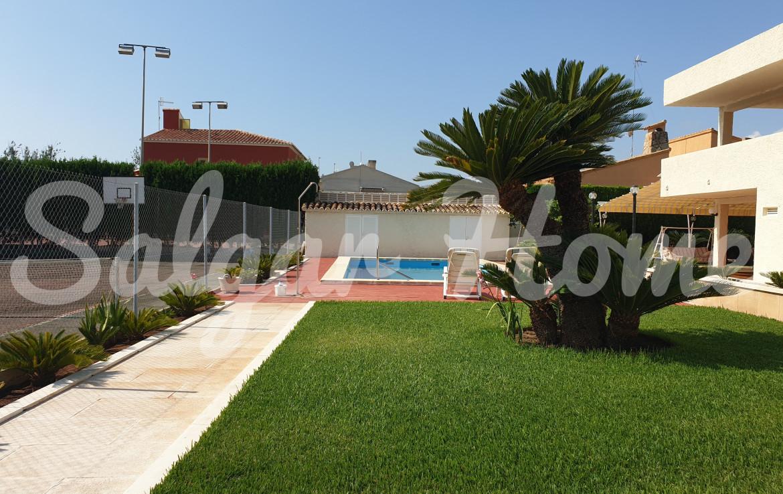 Casa con jardin y piscina junto al mar